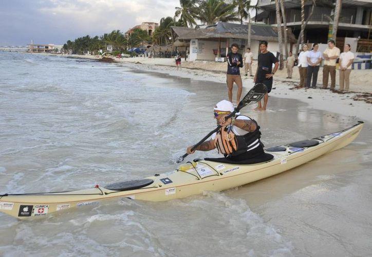 Francesco Gambella inició el lunes su travesía sobre el mar Caribe: remará de Playa del Carmen a Holbox. (Adrián Barreto/SIPSE)