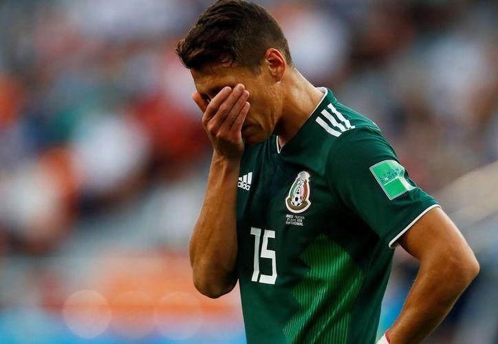 La defensa mexicana sigue maldita. Ahora el central Héctor Moreno fue amonestado y se perderá los octavos con el Tri. (Foto: Twitter @FOX Deportes)