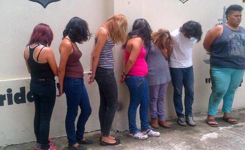 Imagen de las siete personas que pertenecían a una banda de trata de menores y que fueron detenidas por la policía de El Salvador. (twitter.com/arely_yskl)