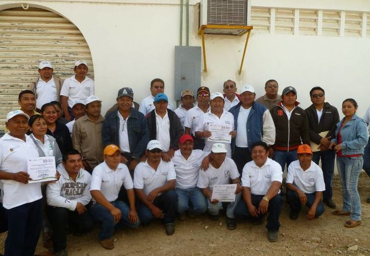 Los pensionados recibieron un convivio de parte de sus compañeros. (Raúl Balam/SIPSE)