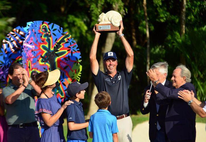 El estadounidense Matt Kuchar gana el torneo de forma dramática. (Karim Moisés/SIPSE)