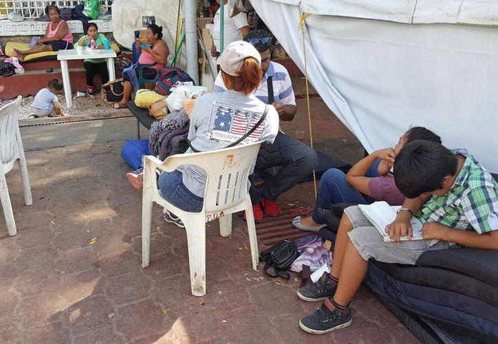 Las familias continúan frente al Palacio Municipal. (Jesús Tijerina/SIPSE)