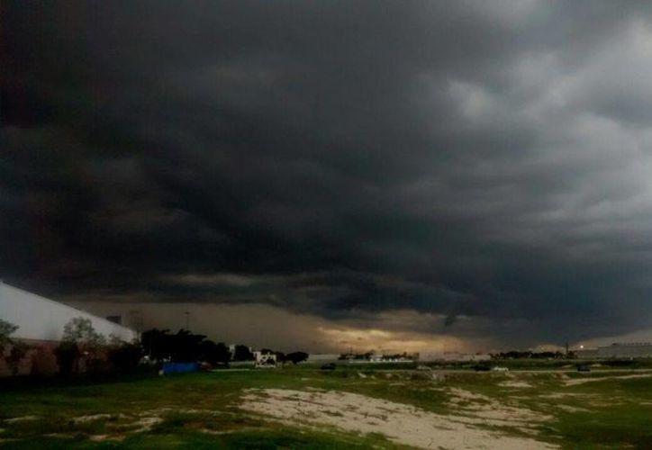 Lluvias con vientos muy fuertes reinaron este jueves por la tarde en Mérida así como en otras zonas de Yucatán. (Eduardo Vargas/SIPSE)