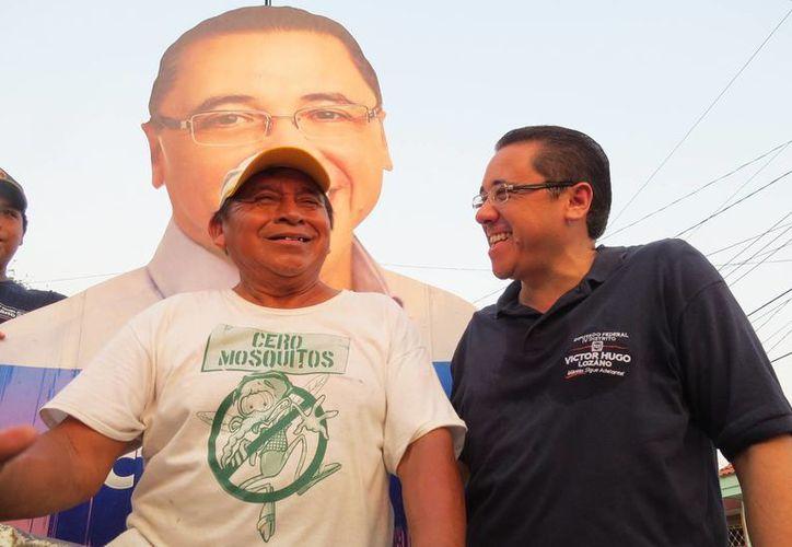 Víctor Hugo Lozano Poveda, candidato del PAN a diputado por el IV Distrito federal, en su recorrido por Vergel 65. (SIPSE)