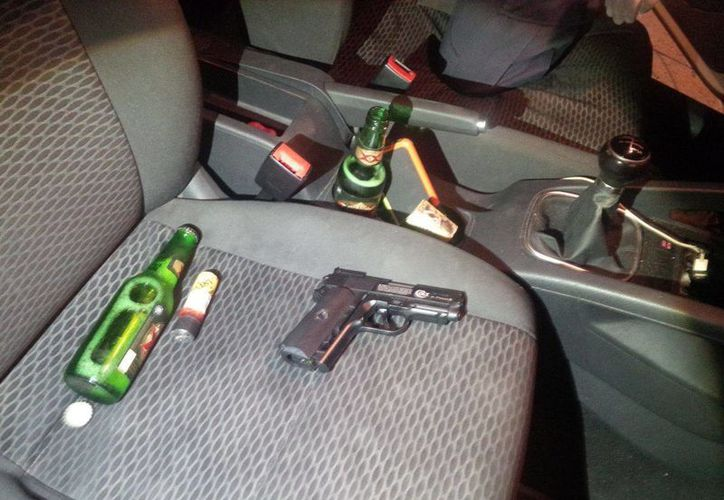 Dentro del vehículo del detenido se encontró un arma que funciona con aire comprimido. (Irving Canul/SIPSE)