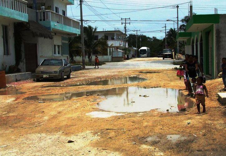 Los habitantes de la franja ejidal llevan más de 10 años sin los servicios básicos como la pavimentación que produce focos infecciosos. (Rossy López/SIPSE)