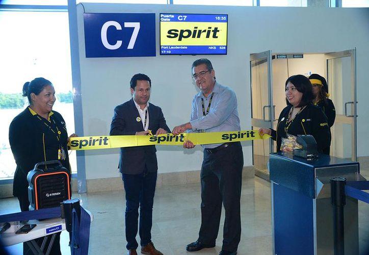 Ayer se realizó en el aeropuerto una pequeña ceremonia en la puerta C7 de la Terminal Tres. (Foto: Karim Moises)