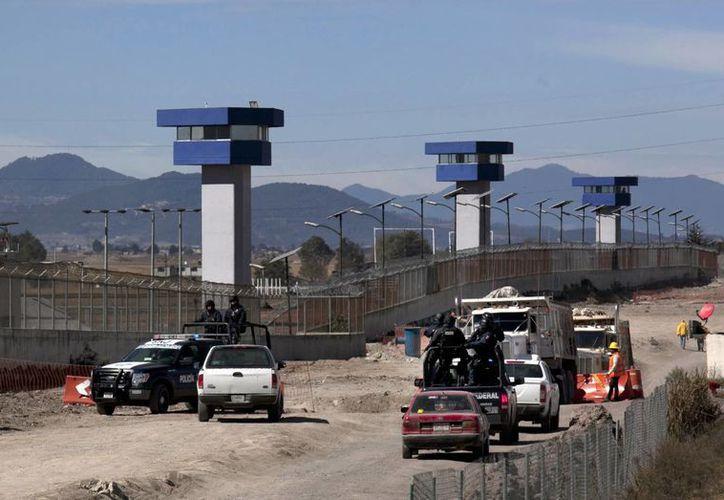 El Chapo fue enviado al mismo penal de donde se fugó el pasado 11 de julio. Imagen de los alrededores de la prisión de máxima seguridad del Altiplano en Almoloya de Juárez, Estado de México, en donde existe una presencia muy discreta de fuerzas de seguridad federales. (Foto AP / Marco Ugarte)