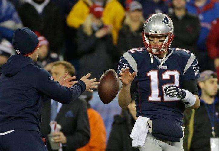 Imagen de archivo del juego entre Patriots y Colts, en el que presuntamente los de Nueva Inglaterra desinflaron los balones para tomar ventaja sobre sus adversarios. (AP)