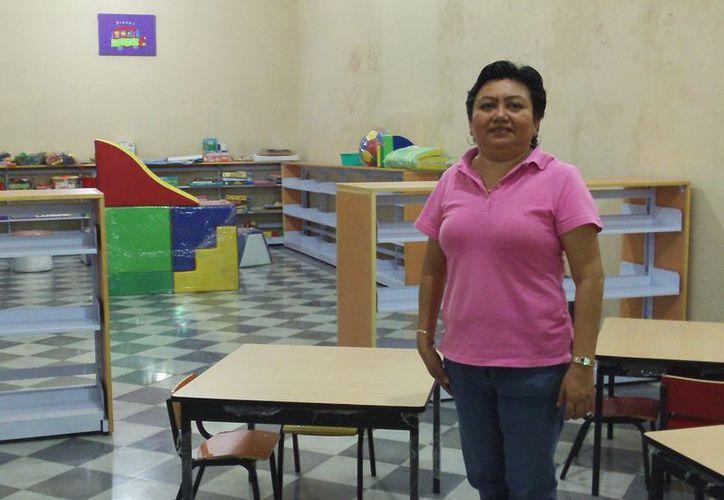 La encargada del lugar, Guadalupe Alejandra Flores Garrido muestra la nueva ludoteca. (Manuel Pool/SIPSE)