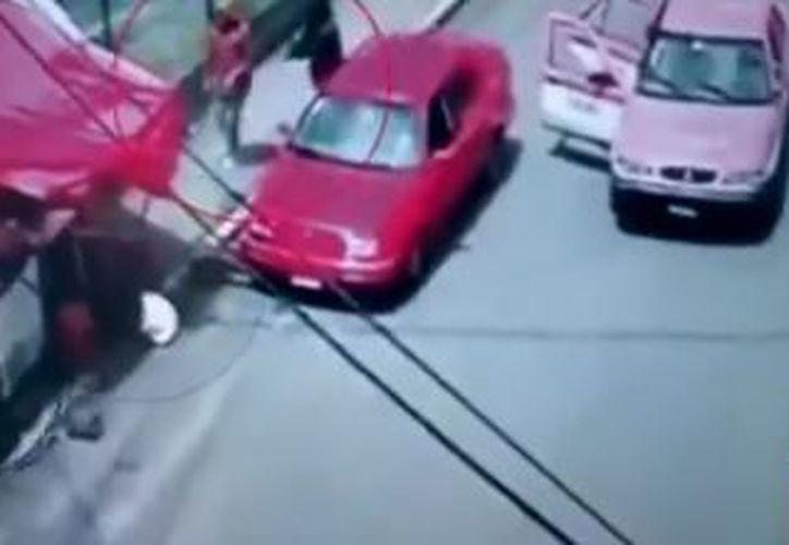 Los sujetos atacaron a la mujer sin importarles que estaba cargando al menor. (Twitter @ImagenTVMex)