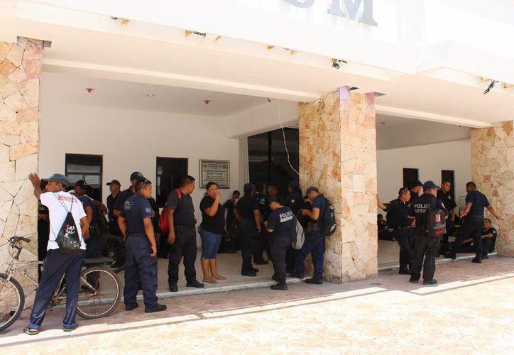 Policías de Tulum se manifestaron ayer en la entrada del palacio municipal. (Sara Cauich/SIPSE)