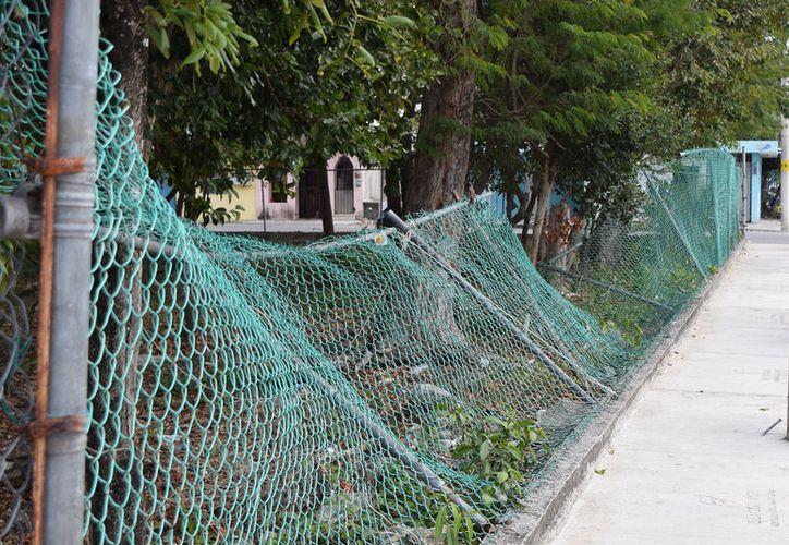 La basura es la constante a lo largo del enrejado que separa a esta unidad deportiva de la calle. (Gustavo Villegas/SIPSE)