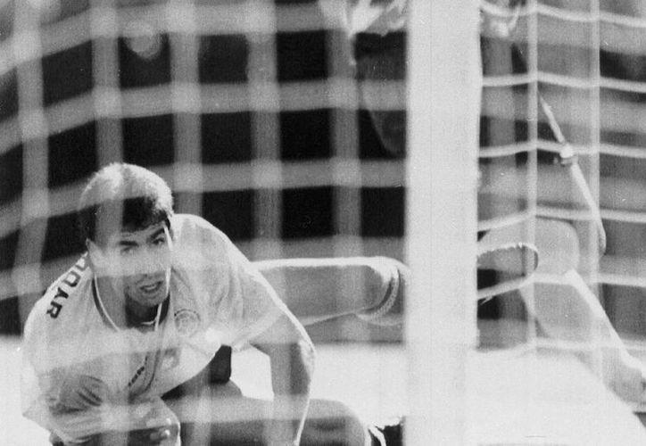 Andrés Escobar recibió seis balazos que le arrebataron la vida apenas diez días después de haber cometido un autogol en el partido Colombia vs EU, en el Mundial de 1994. (Foto: AP)