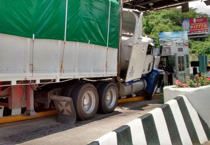 En lo que va de 2016 se reportaron 663 robos a camiones de carga, lo que significa un incremento de 40 por ciento respecto a igual periodo de 2015. (Archivo/Notimex)