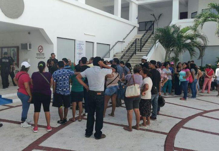 Bazaristas y tianguistas acudieron al Ayuntamiento para solicitar el apoyo. (Daniel Pacheco/SIPSE)
