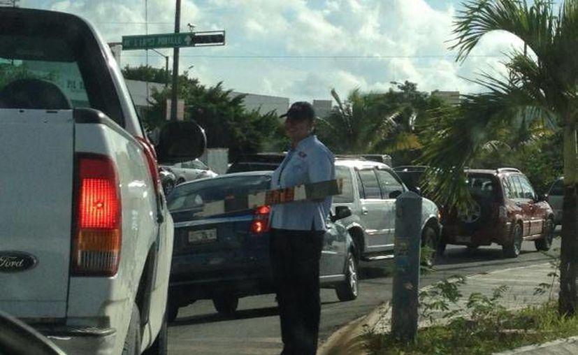 Usuarios denunciaron que el filtro de cobro genera tráfico en el estacionamiento. (Facebook/Dobby Houself)
