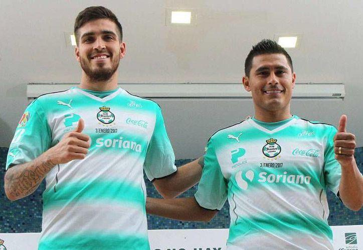 Ventura Alvarado(i) y Osvaldo Martínez llegan para apuntalar el once inicial del equipo dirigido por el 'Chepo' de la Torre.(Foto tomada de Facebook/Santos Laguna)