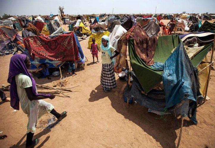 Miles de personas han sido desplazadas recientemente tras el saqueo y la destrucción de varias aldeas en el sur de Darfur. Por lo menos 20, 000 se han asentado en campos de refugiados en Nyala. Las mujeres y los niños se quejan de la falta de alimentos. (Agencias)