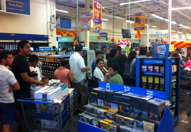 Las familias arribaron a las tiendas con hasta dos horas de anticipación. (Pedro Olive/SIPSE)