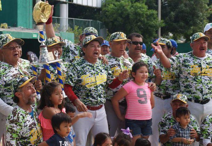 Los Taxistas y su mánager disfrutaron al máximo tras su coronación en la serie final de la Liga Amigos de la Bola. (Foto: Ángel Villegas/SIPSE)