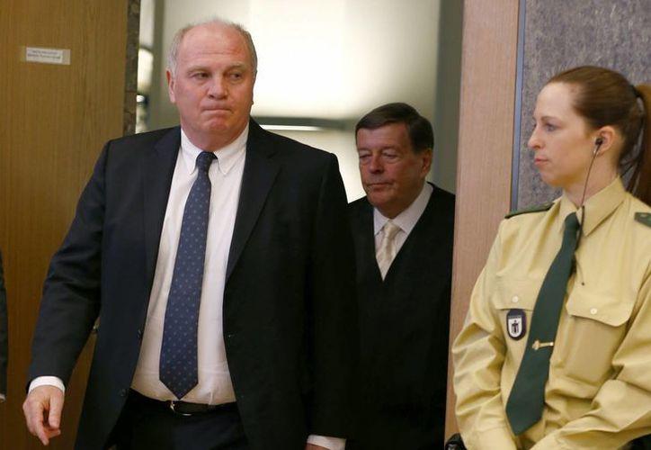 Uli Hoeness (primer plano), presidente del Bayern, abandona la corte de Munich con su abogado Hanns W. Feigen. (Agencias)