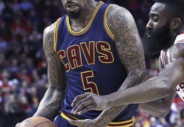 James Harden fue suspendido luego de agredir a LeBron James el domingo en partido entre Rockets y Cavaliers en la NBA. (Foto: AP)