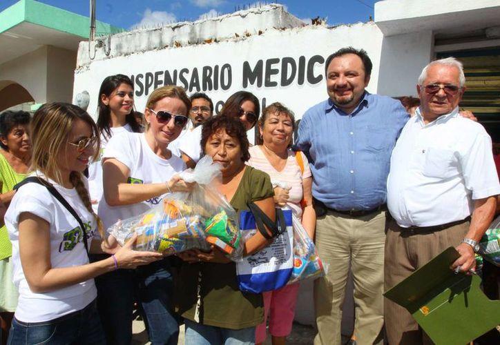 Integrantes de 'Todos Responsables' entregan despensas a personas necesidades, como parte de sus primeras actividades. (SIPSE)