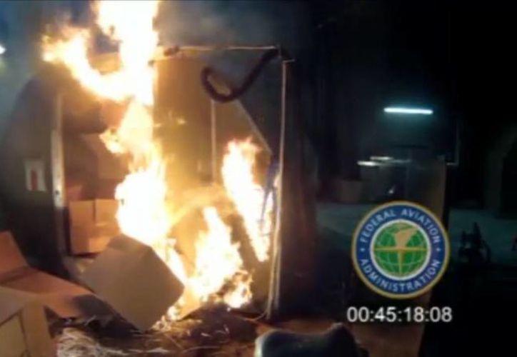 Imagen de archivo tomada de un video, proporcionada por la Administración Federal de Aviación (FAA) de EU, una prueba en centro técnico de la FAA en Atlantic City, Nueva Jersey, el pasado abril, donde se llenó un contenedor de mercancías con cinco mil baterías recargables de litio.(AP foto/FAA, Archivo)