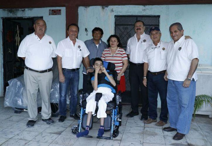 Integrantes de Caballeros de Colón, con el joven beneficiado. (José Acosta/SIPSE)