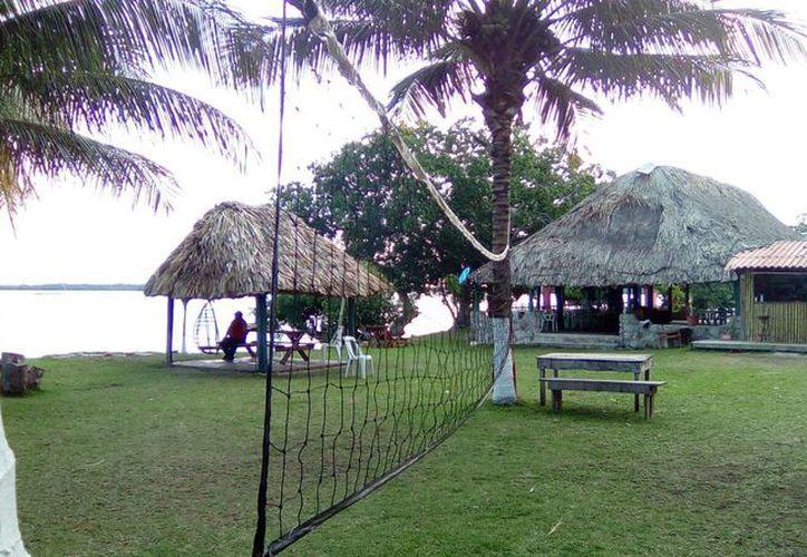 El balneario de la Laguna Milagros últimamente ha tenido baja actividad turística; cinco restaurantes amenazan con cerrar sus puertas. (Carlos Castillo/SIPSE)