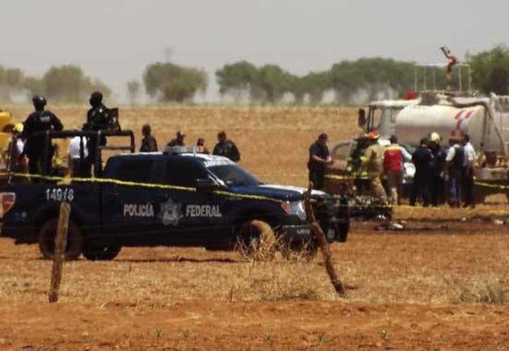 Bomberos y elementos de la Policía Federal en el lugar del percance. (Foto: http://ntrzacatecas.com)