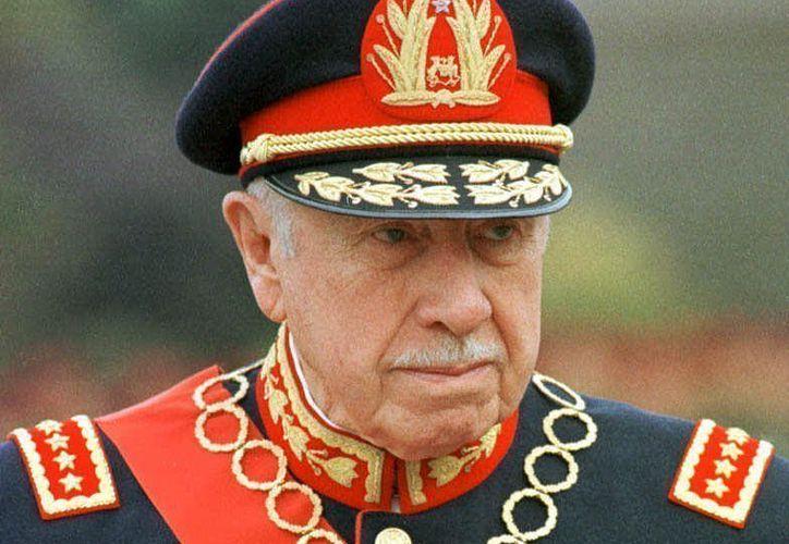 Augusto Pinochet sustrajo dinero del erario y lo depositó en varios bancos. (AP)
