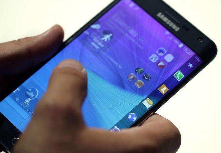 Un visitante toma uno de los Samsung Galaxy Note durante la feria electrónica IFA, en Berlín, Alemania. (AP)