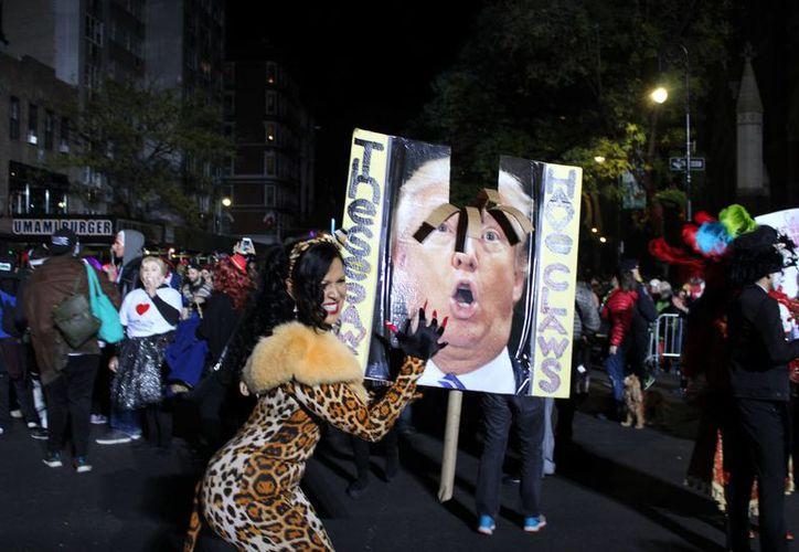 Miles de personas participaron la noche del lunes 1 de noviembre de 2016 en Nueva York en el desfile anual de Halloween, en el cual destacaron disfraces relacionados al candidato presidencial Donald Trump. El periódico Los Angeles Times considera que una victoria del candidato republicano sería un 'desastre nacional'. (Notimex-Madeleine Kuhns)