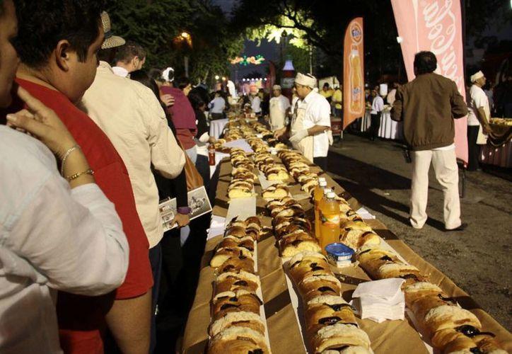 La Rosca de Reyes del Ayuntamiento de Mérida midió esta vez 2.7 kilómetros y una vez más tuvo fines altruistas. (Jorge Acosta/Milenio Novedades)