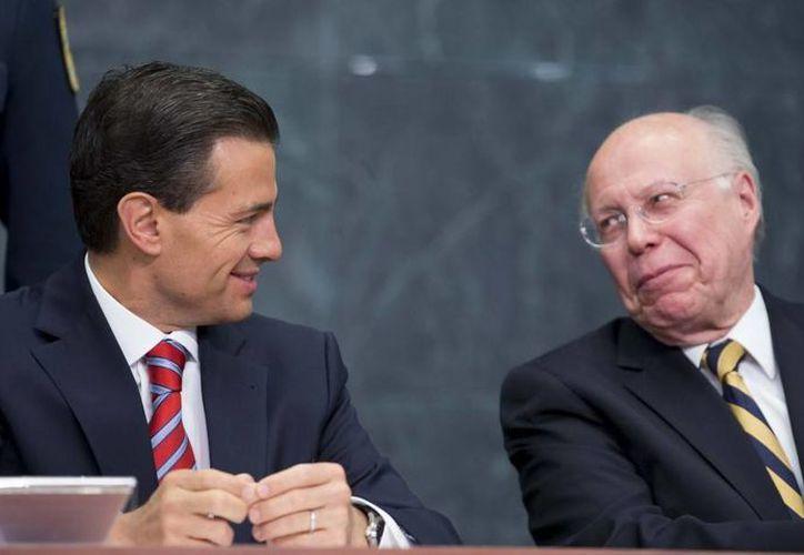 Peña Nieto ofreció un diálogo más abierto con los rectores de las universidades del país; aquí dialoga con el rector de la UNAM, José Narro Robles. (Presidencia)