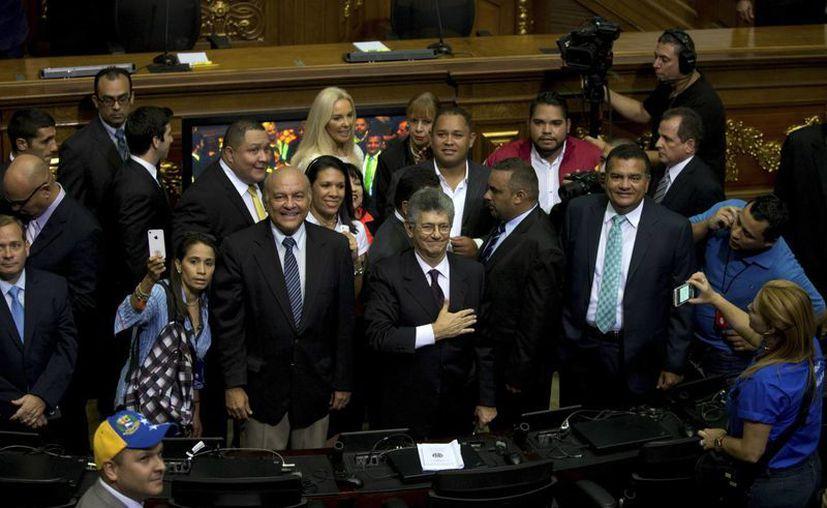 Henry Ramos Allup, nuevo presidente del Congreso venezolano, saluda a miembros de la prensa a su llegada a la Asamblea Nacional en Caracas, Venezuela. (Agencias)