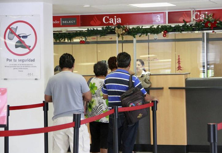 El día de hoy las personas podrán realizar operaciones en los bancos. (Jesús Tijerina/SIPSE)