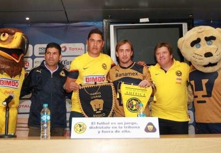 Los entrenadores Miguel Herrera y Antonio Torres, con los jugadores Moisés Muñoz y Martín Romagnoli, durante el exhorto. (Agencias)