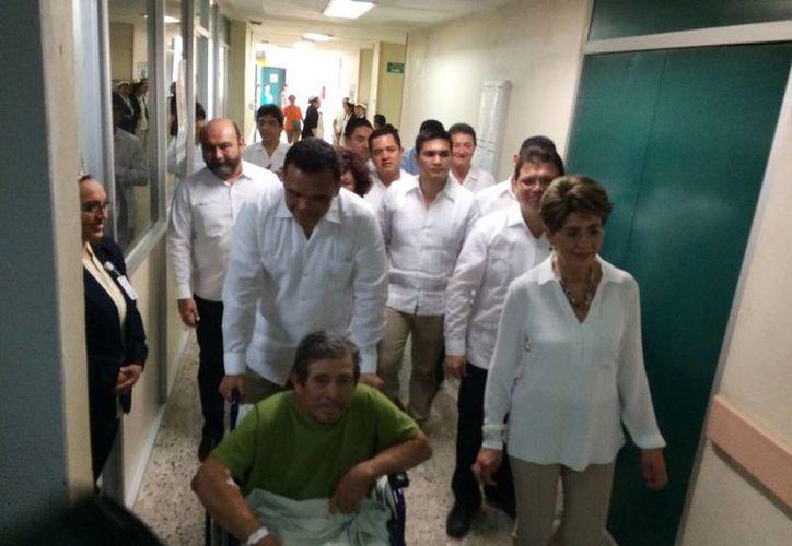 Recorrido del gobernador de Yucatán, Rolando Zapata y la titular de la Secretaría de Salud, Mercedes Juan, en el Hospital Escuela Dr. Agustín O´Horán en Mérida. (Coral Díaz/Milenio Novedades)