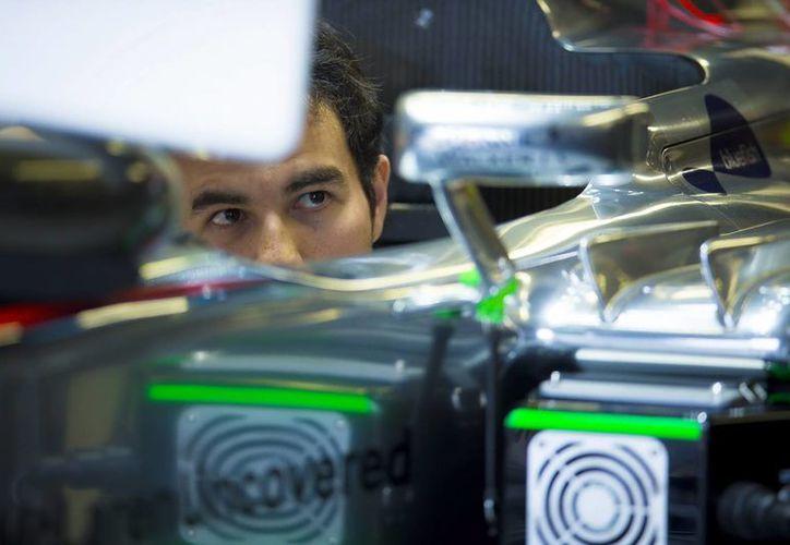 El piloto mexicano de Fórmula Uno, Sergio Pérez, de McLaren antes de la sesión de entrenamientos del Gran Premio de Canadá de Fórmula en el circuito de Gille Villeneuve en Montreal, Canadá. (EFE)