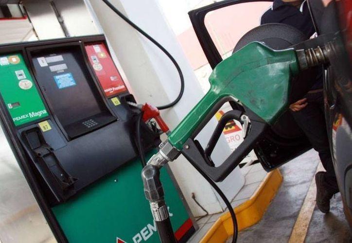 Luego del aumento al precio de la gasolina, es importante verificar que las gasolineras despachen los litros que cobran. (Foto: proyecto40.com)