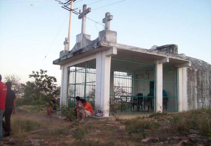 Capilla del cerro de las tres cruces. Afirman que en ese sitio han visto el alma en pena de la bruja Monia. (Jorge Moreno/SIPSE)