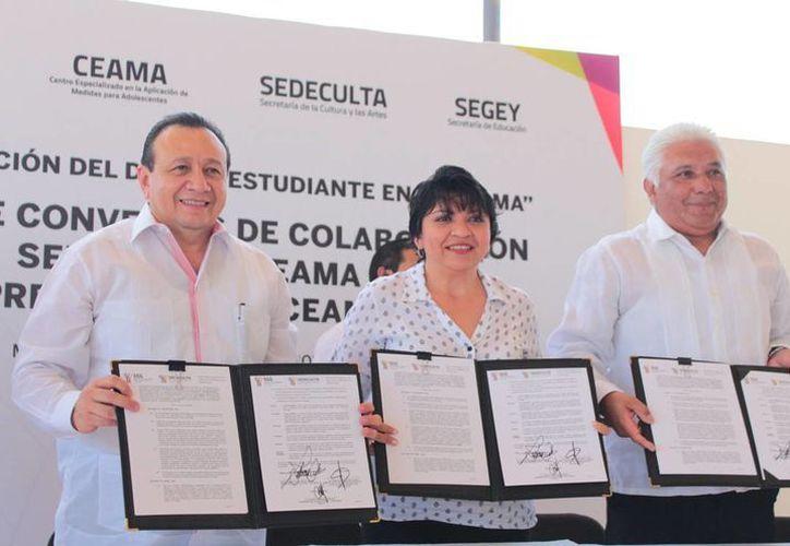 Este lunes representantes del Ceama y de Sedecultar firmaron un convenio para que internos puedan acceder a educación artística. (Fotos cortesía del Gobierno de Yucatán)