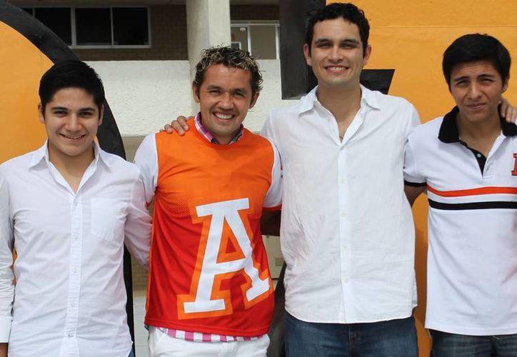 """El """"Parejita"""" López asistió al tradicional Día Anáhuac, donde convivió con los estudiantes y personal de la universidad. (Milenio Novedades)"""