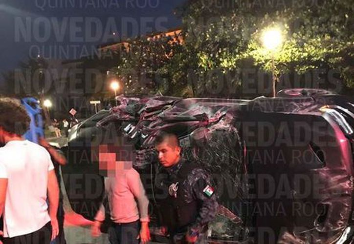 El auto se volcó en el kilómetro 3.5 de Cancún. (Foto: Redacción)