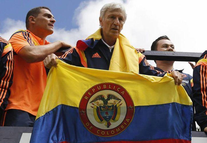 El técnico argentino José Pekerman con la selección colombiana durante el alegre recibimiento tras el gran Mundial que hicieron en Brasil. (Foto: AP)