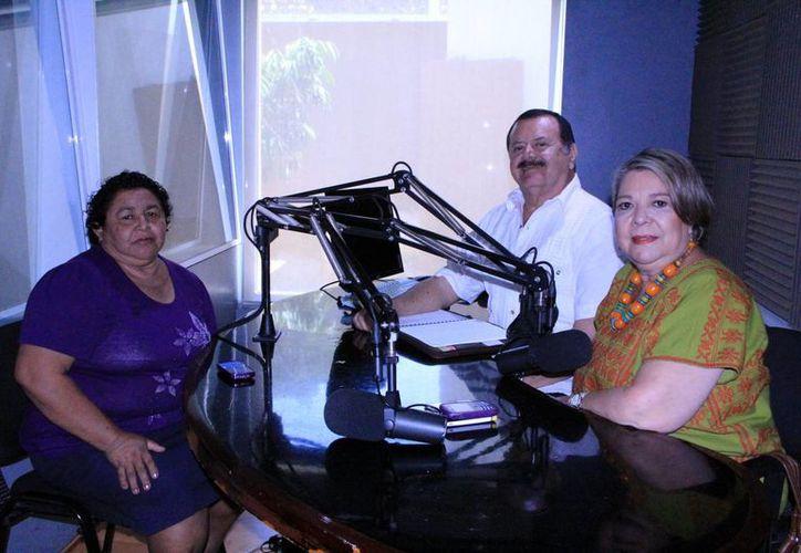 """Estela  Solis Suaste y los conductores de """"Salvemos Una Vida"""". (José Acosta/SIPSE)"""