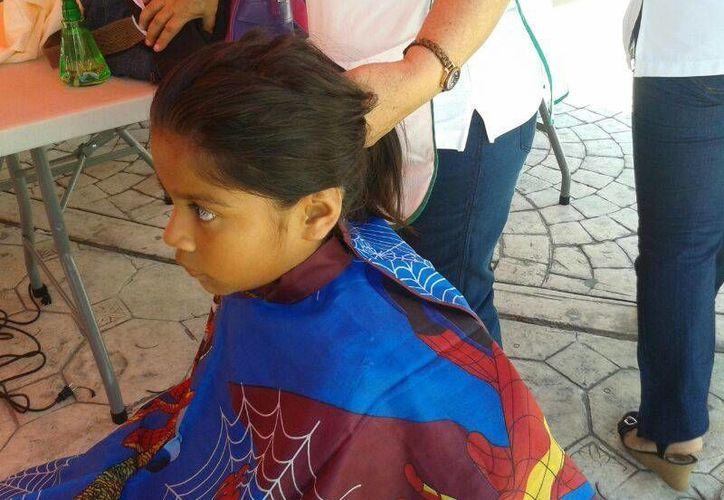 Infantes donan su cabello para la fundación de niños con cáncer. (Jazmín Ramos/SIPSE)